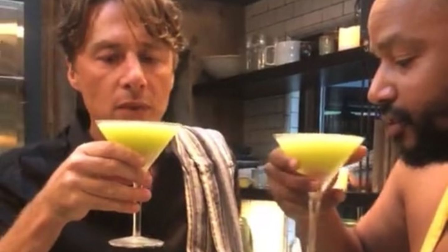 Watch Zach Braff and Donald Faison Make the Perfect Appletini